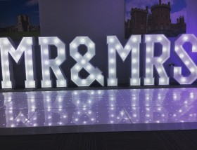 Mr & MRs Sign 3